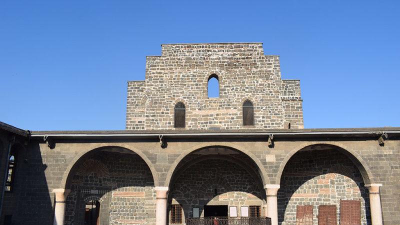 Diyarbakır Meryem Ana Süryani Kadim Kilisesi 20 kişilik cemaatiyle ayakta kalmaya çalışıyor